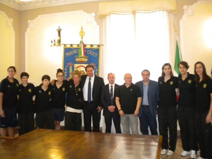La squadra al completo con il Presidente Di Giuseppantonio e l'Assessore Marcello