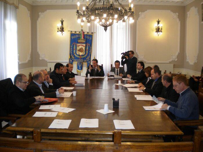 Il tavolo con il Presidente Di Giuseppantonio, il Consigliere Moroni e i Sindaci sottoscrittori del documento